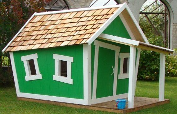 Mediniai žaidimų nameliai su terasa skirti vaikams.