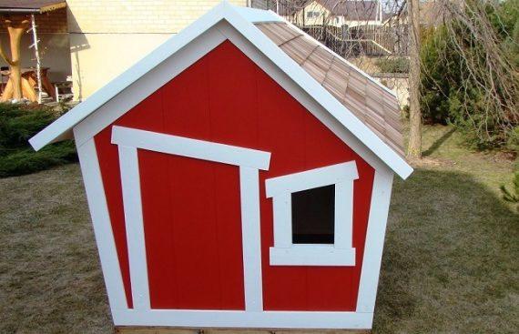 """UAB """"Lomeka"""" gaminami mediniai nameliai vaikams, galite rinktis iš raudono ar žalio atspalvio žaidimų namelio."""